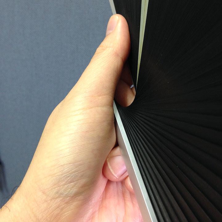 非対称の扇子 (ただし構造上仕方がないこと)